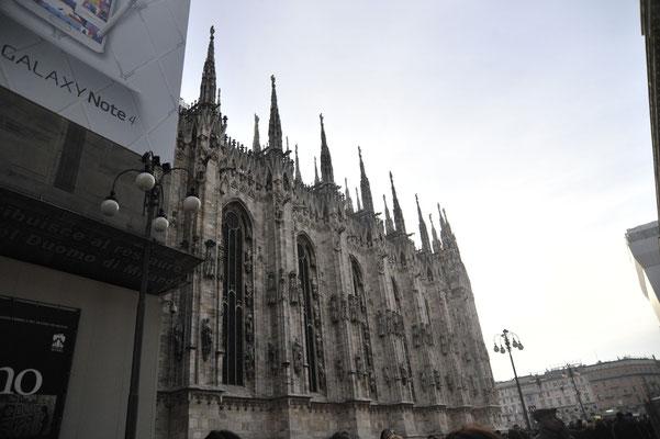 イタリア第2の都市 ミラノ 尖塔とステンドグラスが美しいドゥオモ