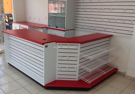 Mueble mostrador con frente de panel narurado
