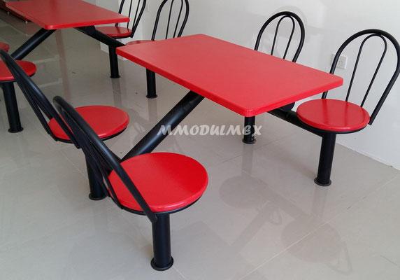 Mesa metálicas con cubiertas y asientos de fibra de vidrio