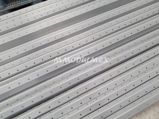 Postes metálicos para estantes metálicos