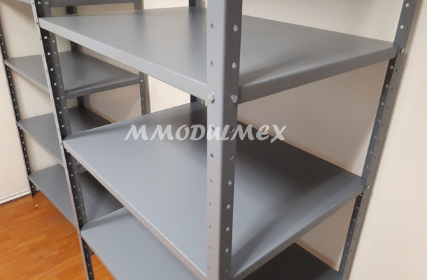 Estantes metálicos grises