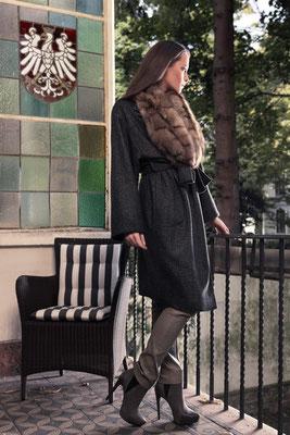 Kaschmirmantel mit Zobel-Roll-Up und Stretchlederhose