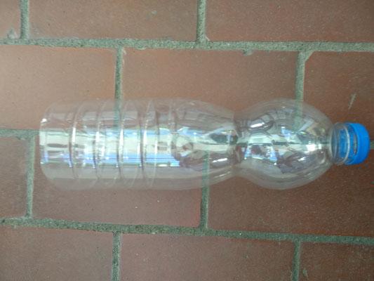 Bei einer Plastikflasche den Boden abschneiden
