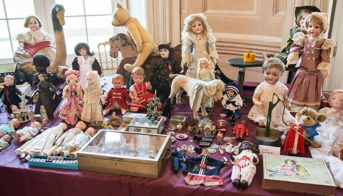 Antike Puppen und viele Accessoires