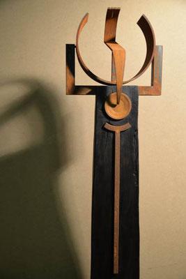 Stele Holz gebrannt-Eisen *Aus der Mitte- in die Mitte* 148x 38 cm