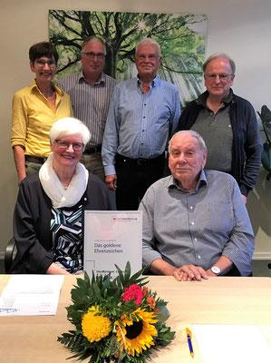 Ute-Marianne Looks im Kreis der anwesenden Vorstandsmitglieder