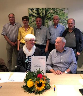 Ute-Marianne Looks im Kreis der anwesenden Vorstandsmitglieder und des Geschäftführers