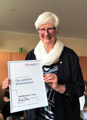 Ute-Marianne Looks mit Urkunde und Ehrennadel
