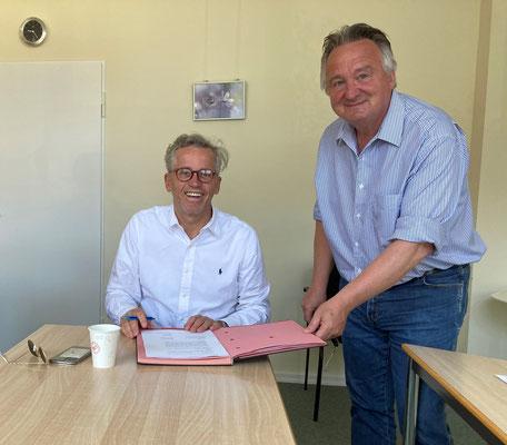 Vertragsunterzeichnung in Coronazeiten (Herr Gereke Geschäftsführer Pflegediakonie  und Herr Mayer Geschäftsleitung Sozialwerk Norderstedt e.V. (v.l.)