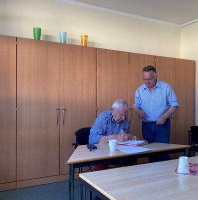 Vertragsunterzeichnung in Coronazeiten (Herr Hagemann Vorstandsvorsitzender Sozialwerk Norderstedt e.V. und Herr Mayer Geschäftsleitung Sozialwerk Norderstedt e.V. (v.l.)