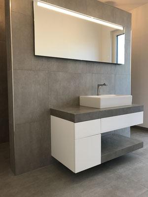 Fliesenarbeiten - Raumteiler im Bad