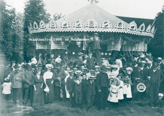 Schützenfest 1908 Das Schützenfest war auch Volksbelustigung; Jung und Alt vergnügten sich hier, festlich und gepflegt gekleidet (Foto private Sammlung)