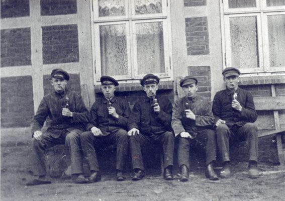 Feierabend (ca. 1920) Nach Feierabend traf man sich zum Klönschnack auf der Bank vor dem Haus hier: heute Enge Straße 2  (Foto private Sammlung)