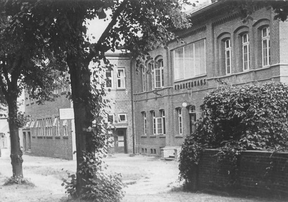 Vom Amtshaus zum Krankenhaus, Als Amtshaus und Amtsgericht erbaut 1854, hier Gendarmeriestation Seit 1. Oktober 1907 Krankenhaus, das einzige genossenschaftliche Krankenhaus Deutschlands, initiiert von Sanitätsrat Meinberg, (Foto 1934, private Sammlung)