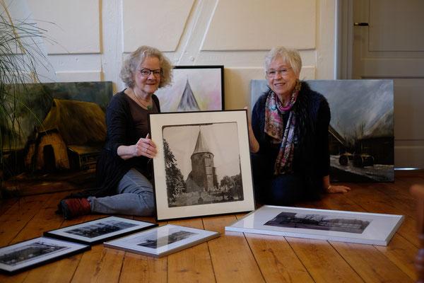 Dr.Dorle Schütt und Marianne Ehmke beim Bilder aussuchen