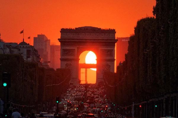 Passage du soleil entre les arches de l'Arc de Triomphe, consultez les éphémérides ;)