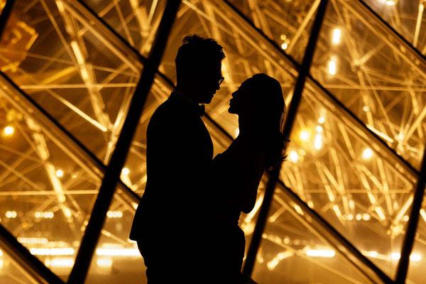 Un baiser en contre jour au Louvre, Paris
