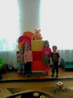 Наші вихованці із задоволенням наповнили нову стінку іграшками!