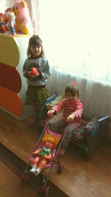 Тим часом дівчатка катають своїх ляльок