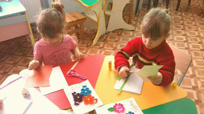 Дітки старанно готують для матусь та бабусь вітальні листівки