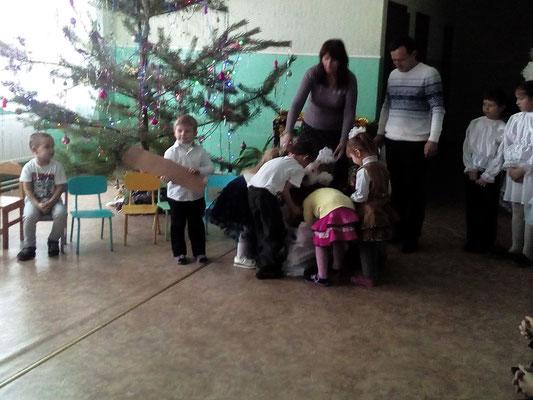 Дітки отримують подарунки від Святого Миколая!