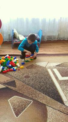 Хлоп'ята із задоволенням грають із конструктором