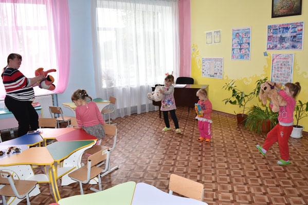 Наші дітки репетирують танок на свято працівників освіти