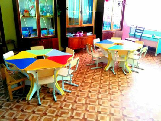 Це наші нові яскраві столи у вигляді квітки та стільці
