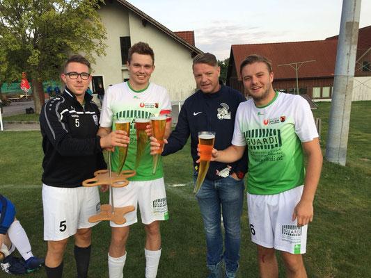 Gratulation St. Veit zum 1:0 Derbysieg! Kepplinger, Simon, der Torschütze, und Capt'n, das Glashorn und Mario beim Siegestrunk!