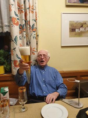 Anton Hausschmied aus Knauser bei Weitersenden (Bezirk Freistadt) - aus Adeligem Hause - geniesst sein Bierahorn zum 85. Geburtstag!