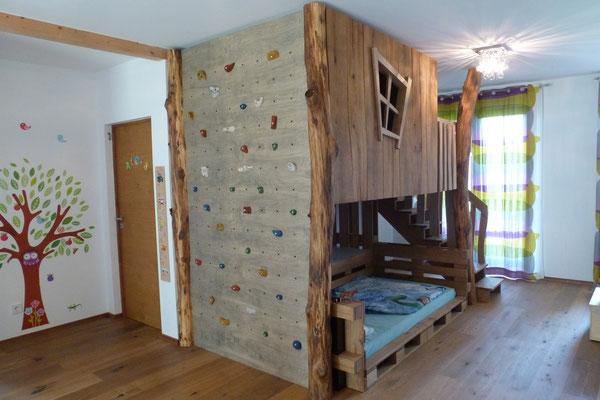 Baumhaus mit Kletterwand