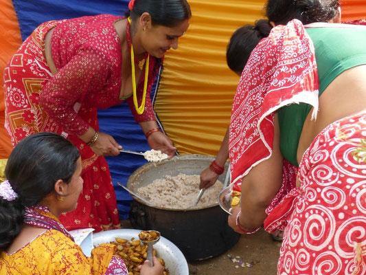 Der Bauernverband kocht und serviert für etwa 350 Festbesucher