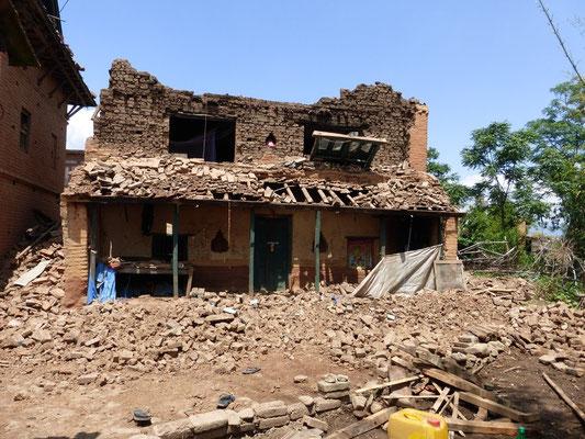 Zerstörtes Haus aus gertockneten Lehmsteinen gebaut