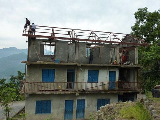 Frühling 2014: das 2. Obergeschoss wird erstellt mit zwei Klassenzimmern
