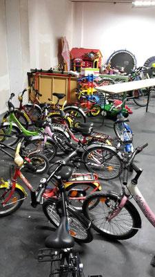 gespendeter Fahrräder im Neckermann-Haus in Frankfurt