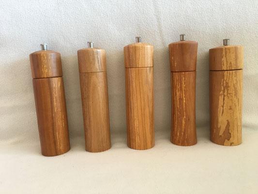 Pfeffer- Salzmühlen in verschiedenen Holzarten. Höhe ca 20 cm mit Schweizer Mahlwerk. Preis 45.-€