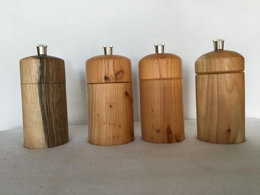 Kleine Pfeffer und Salzmühlen. Holz von links Walnuss und Eibe. Höhe ca. 10cm. Die Mühlen haben Schweizer Mahlwerke die besonders robust sind. Die Kornstärke wird am Boden eingestellt. Preis 29.--€