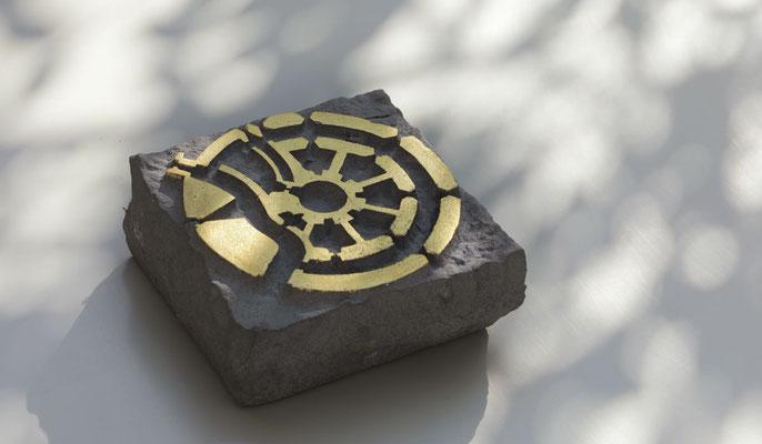 Unikat  I  kleines Motiv Grundriss Zwinger Münster  I  Anröchter Sandstein, teilweise mit Blattgold  I   Maße ca. 13,5 x 13,5 x 6,5 cm