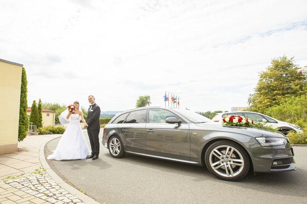 Brautpaar mit Hochzeitsauto in Jena, Fotograf: Tom Wenig
