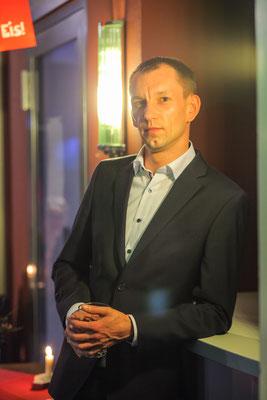 Businessfotograf in Jena, Foto zeigt Mitarbeiter im Anzug als Portrait, Foto: Tom Wenig