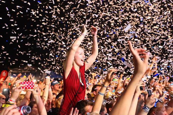 Konzertfotograf in Gera, Eventfoto zeigt jubelnde Gäste mit Konfetti