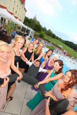 Abiturientengruppe beim Abiball vor einem Pool in Jena, Fotograf: Tom Wenig