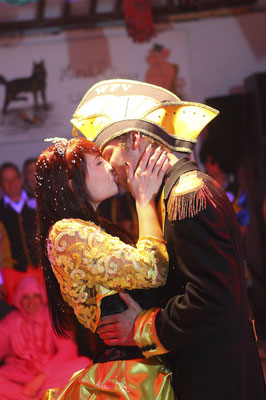 küssendes Abiballpaar im Saale-Orla-Kreis, Fotograf: Tom Wenig