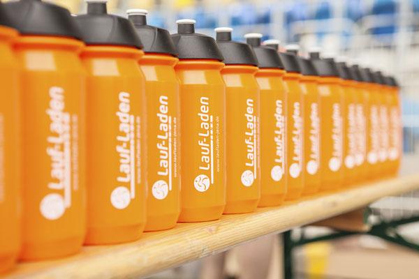 Messefotograf auf Firmenveranstaltung in Jena, Foto zeigt Trinkflaschen mit Firmenlogo, Fotograf: Tom Wenig