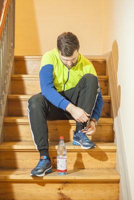 Jogger mit Firmenkleidung beim Anziehen, Fotograf: Tom Wenig