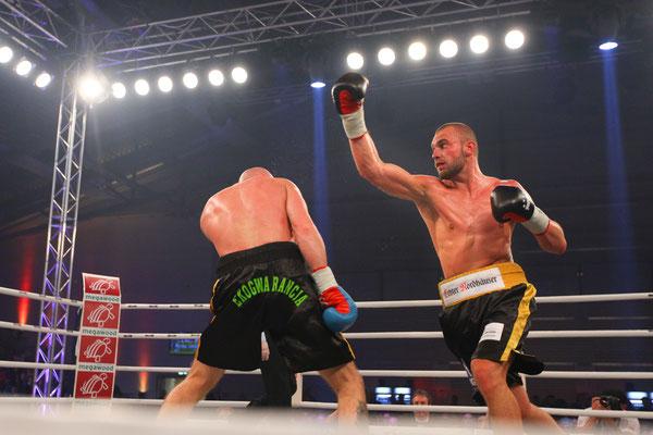 Sportfotograf für Kampfsport, Foto zeigt 2 Sportler beim Boxen in Jena, Fotograf: Tom Wenig