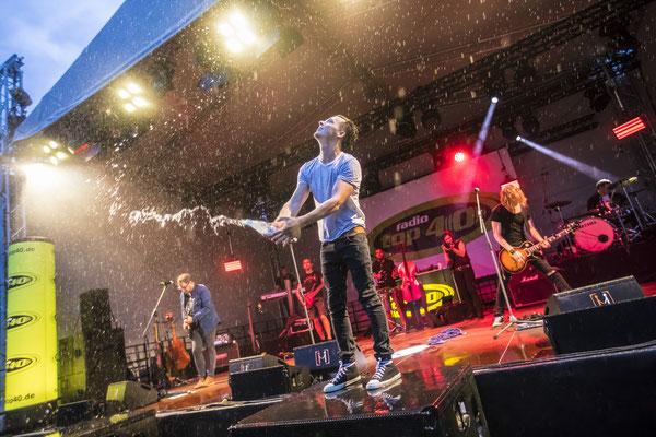 Konzertsänger im Regen, Fotograf: Tom Wenig