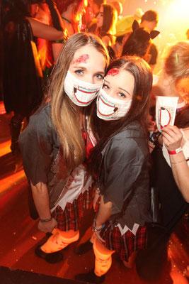 Partyfotograf zum Fasching in Triptis, Eventfoto zeigt 2 junge Partygäste