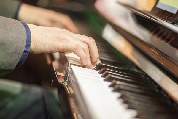 Veranstaltungsfotograf auf Veranstaltung in Jena mit Klavierspieler, Fotograf: Tom Wenig