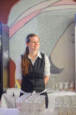 Veranstaltungsfotograf auf Firmenveranstaltung in Jena, Foto zeigt Mitarbeiterin an der Bar, Foto: Tom Wenig
